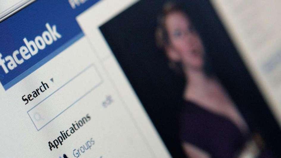 Polémica pregunta genera que red social se disculpe — Facebook