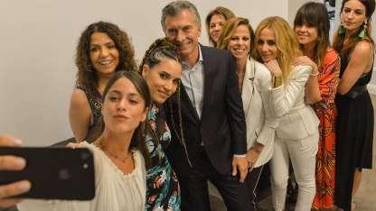El Presidente junto a las artistas del ciclo