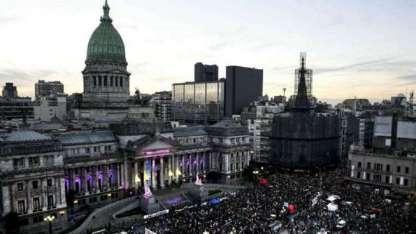 """Como en todo el país y gran parte del mundo, la plaza del Congreso reunió ayer a cientos de miles por el """"8M""""."""