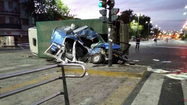 Persecución letal: dos policías murieron al chocar con un camión de diarios