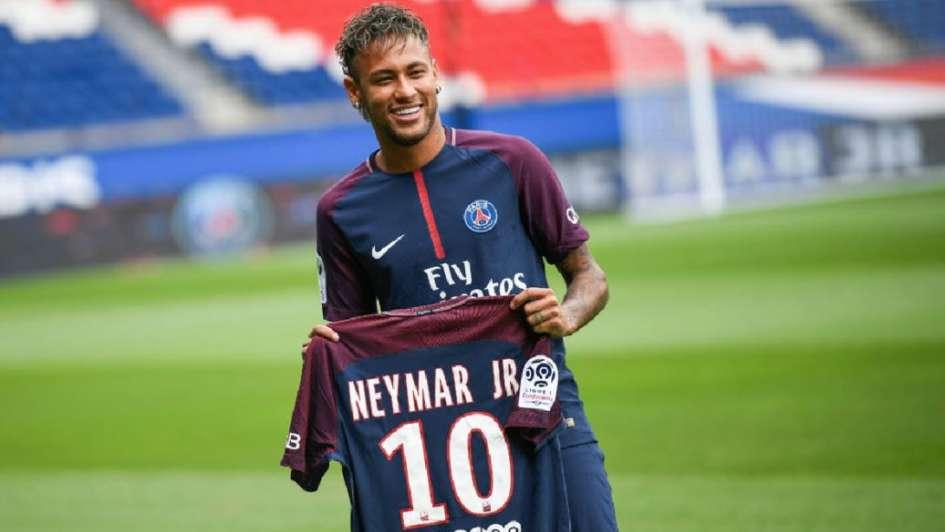 El padre de Neymar aseguró que el delantero seguirá en el PSG
