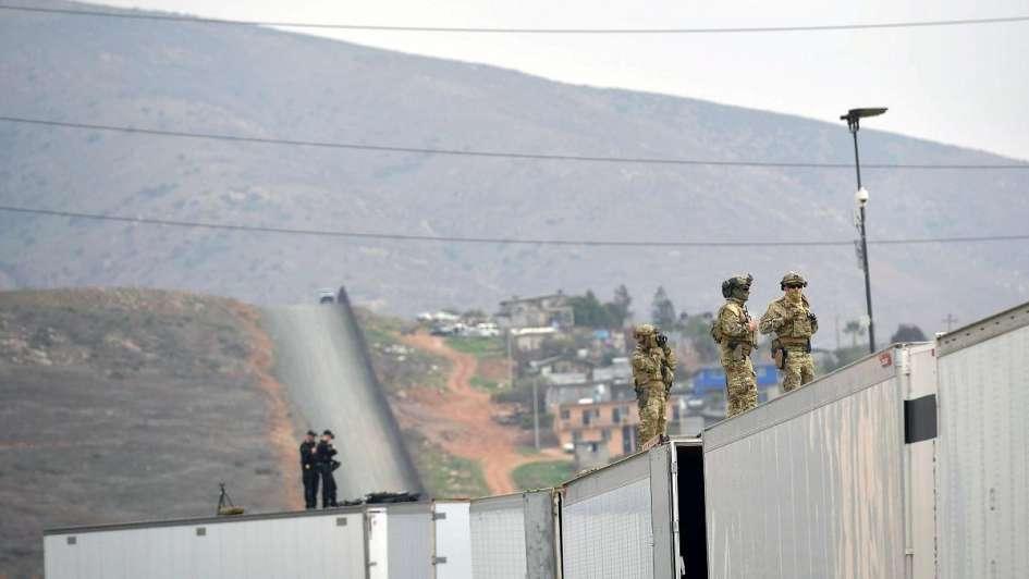 Trump viajó a la frontera con México para elegir qué tipo de muro va a construir