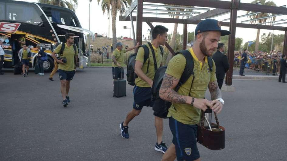 Tras la falla en el avión, Boca llegó a Mendoza y fue recibido por cientos de hinchas