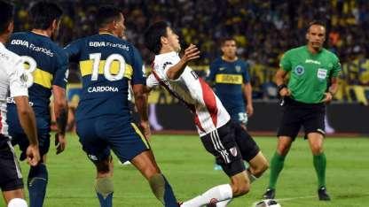 Loustau, muy bien ubicado, está a punto de cobrar el penal de Cardona sobre Fernández.