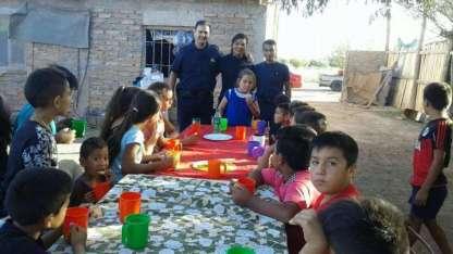Subcomisario Aldo Soria, el oficial Leandro Suarez y la auxiliar Fabiana Peña junto a los chicos.