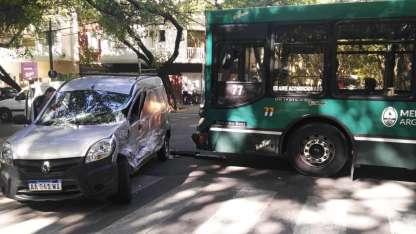 La camioneta quedó muy dañada tras el violento choque.