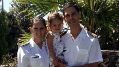 Estefanía junto a su marido, Luciano Yamil -también marino-, y su hija de 2 años, Pilar.