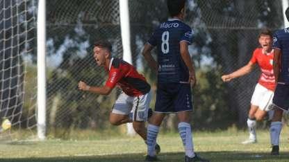 Nicolás Romano ya conectó de cabeza y se llena la boca de gol para el 2-1. Luego se fue expulsado.