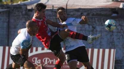 El delantero Cruzado, Matías Persia, intenta rematar ante la marca de Alexis Vizcarra y Jesús Nievas.