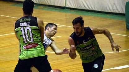 El base de Junín, Emiliano Carpinetti aprovecha una cortina ciega de Matías Nuñez.