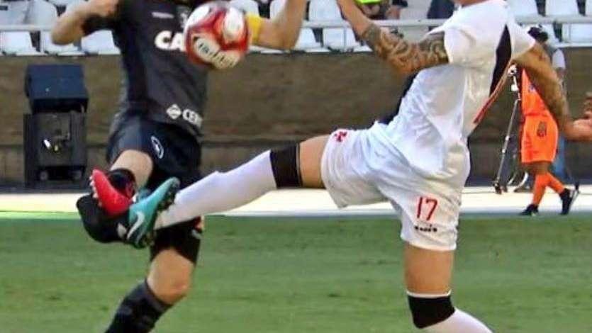 Fracturan a jugador del Botafogo y árbitro solo amonestó
