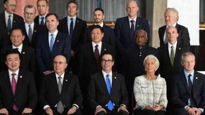 La directora del FMI Christine Lagarde posa junto a los titulares de Bancos Centrales.