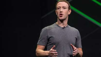 El CEO de Facebook, Mark Zuckerberg, habla durante una cumbre en California.