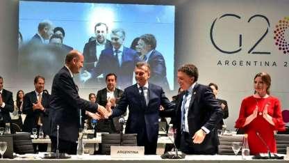 Federico Sturzenegger -titular del Banco Central, (izq.) y Nicolas Dujovne- ministro de Finanzas, flanquean a Macri en el cierre.