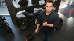 Guillermo Palumbo (32) se desempeña en la concesionaria de motos Ducati. Dice que el trabajo lo hace feliz.