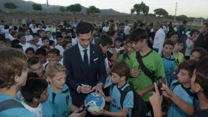 Álvaro Arbeloa, ex jugador del Real Madrid, firmó autógrafos a los niños presentes.