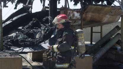 Bomberos trabajaron para controlar las llamas.