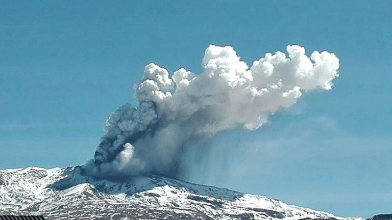 Alerta amarilla por la actividad de un volcán ubicado en la frontera de Chile y Argentina