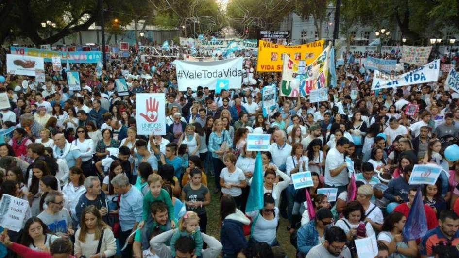 Miles de mendocinos marcharon en contra del aborto