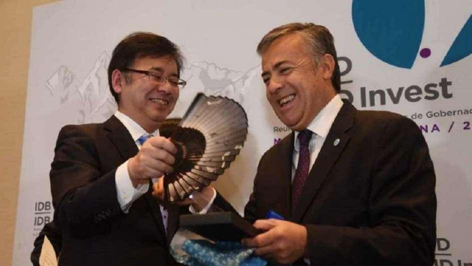 Cornejo recibe obsequios del ministro de Finanzas de Japón, Kenichiro Ueno.