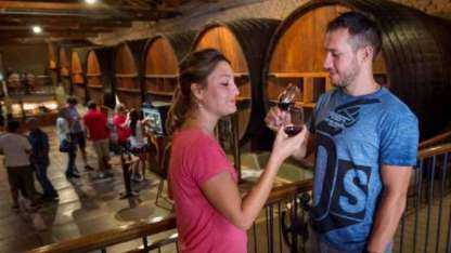 María y Mariano, de Buenos Aires, degustaron vinos en la bodega La Rural.
