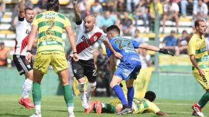 Pinola festeja el segundo gol de River, en el final del primer tiempo.