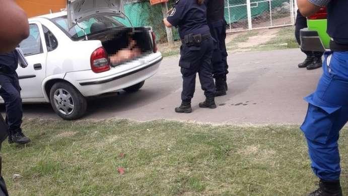 Encontraron un cuerpo en el baúl de un auto