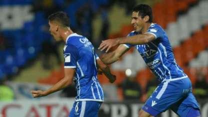 Viera corre a Cardona en el festejo del primer gol del Expreso.
