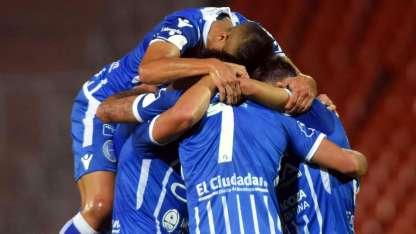 Todo el Tomba festeja el primer gol del Expreso. Todos lo abrazan a Cardona.