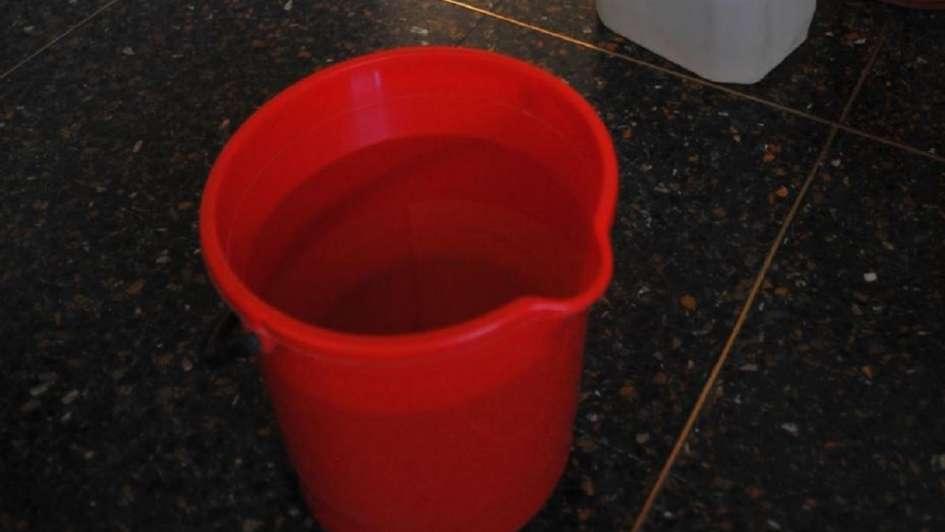 Un bebé internado tras caer dentro de un balde de agua
