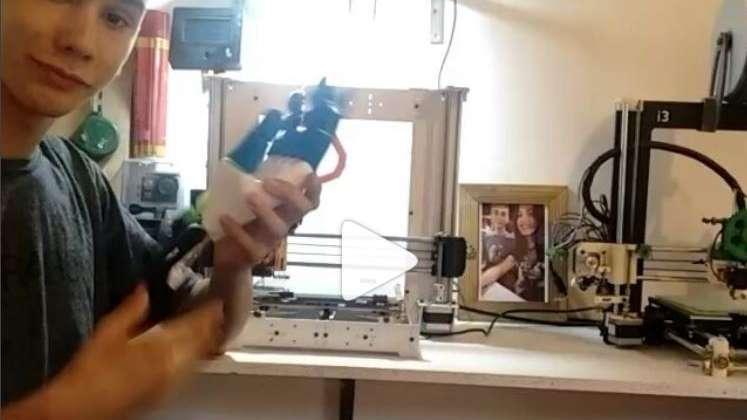 Un chico fabrica prótesis de manos gratis para el que las necesite