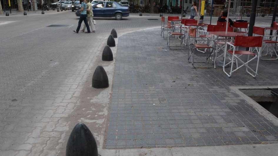 Cuidado con el bolardo: un nuevo accidente en las calles renovadas genera polémica