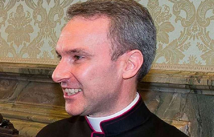 Arrestan a sacerdote por posesión de pornografía infantil