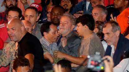 La salida de Lula del sindicato para entregarse.