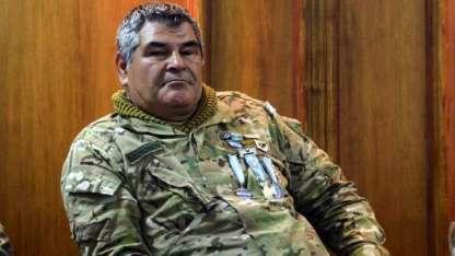Con su ropa militar, Oscar Ismael Poltronieri luce con orgullo las condecoraciones otorgadas por su accionar en combate.