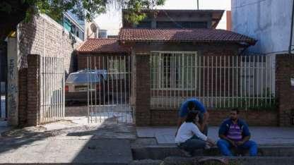 La casa donde asesinaron a la anciana y el desconsuelo de sus familiares en la calle.