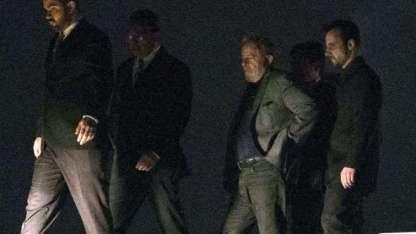 Lula acompañado por policías antes de subir al avión que lo trasladó a Curitiba