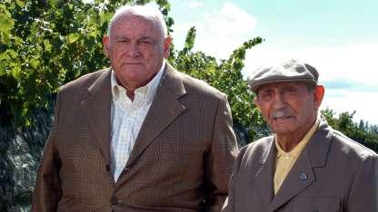 Don Enzo (izq.) -fallecido el 9 de abril a los 92 años- junto a su hermano Nino, en la viña.