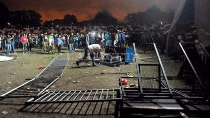 Este sábado, los fanáticos de Viejas Locas prendieron fuego parte del escenario donde iba a tocar la banda de rock.
