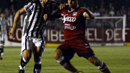 Lucas Fernández fue el protagonista de la noche. El volante marcó el gol del triunfo y el Lobo sigue soñando.