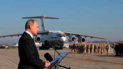 El presidente ruso Vladímir Putin se dirige a las tropas en la base aérea de Hemeimeem, en Siria, a fines del año pasado.