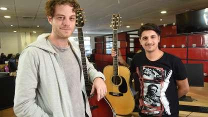 Ezequiel y Joaco. Dos miembros de la banda, ayer en Los Andes.