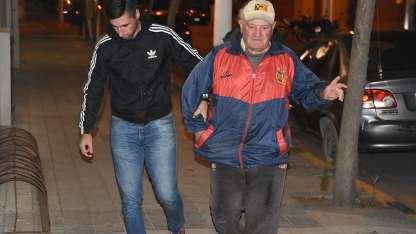 El detenido, con la campera y gorra de la entidad deportiva / gentileza El Diario.