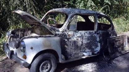Al Fiat 600 en el que escaparon los presuntos autores lo hallaron incendiado.