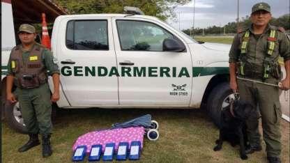Los gendarmes hallaron sobre la bodega una aparente tabla de planchar con un peso y dimensiones excesivos.