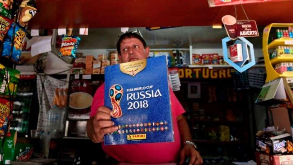 Los venezolanos deberían trabajar 3 años para poder completar el álbum de Mundial