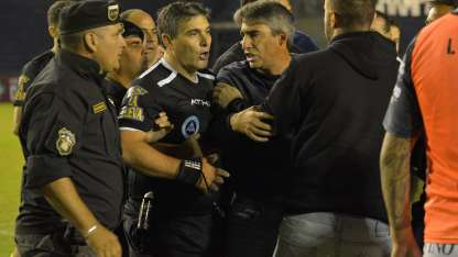 Mientras separa a un dirigente de Independiente, el DT Gabriel Gómez aprovecha para reclamarle al juez Castro.