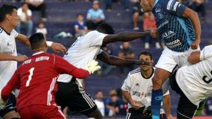 El cabezazo de Rodríguez parte a su destino de gol, segundos después, Castro, a instancias de Bustos lo anula.