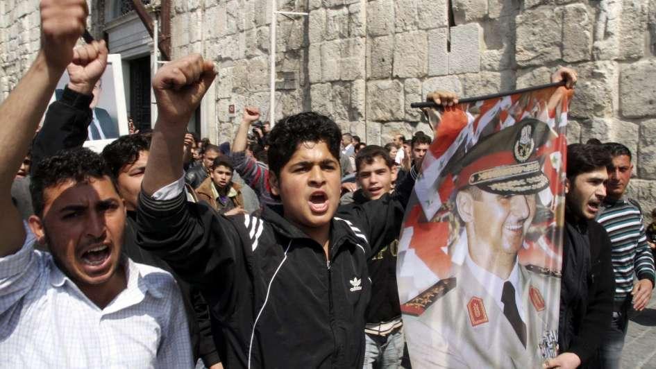 Sirios salen a la calle en Damasco en apoyo a ejército de Assad