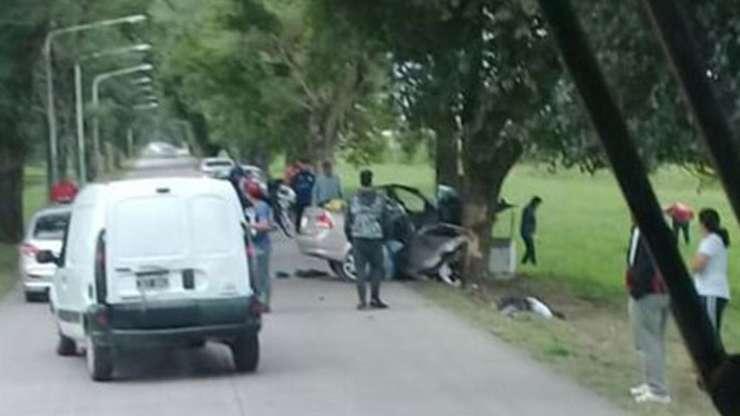 Chocaron contra un árbol, el auto se partió por la mitad y murieron cuatro personas